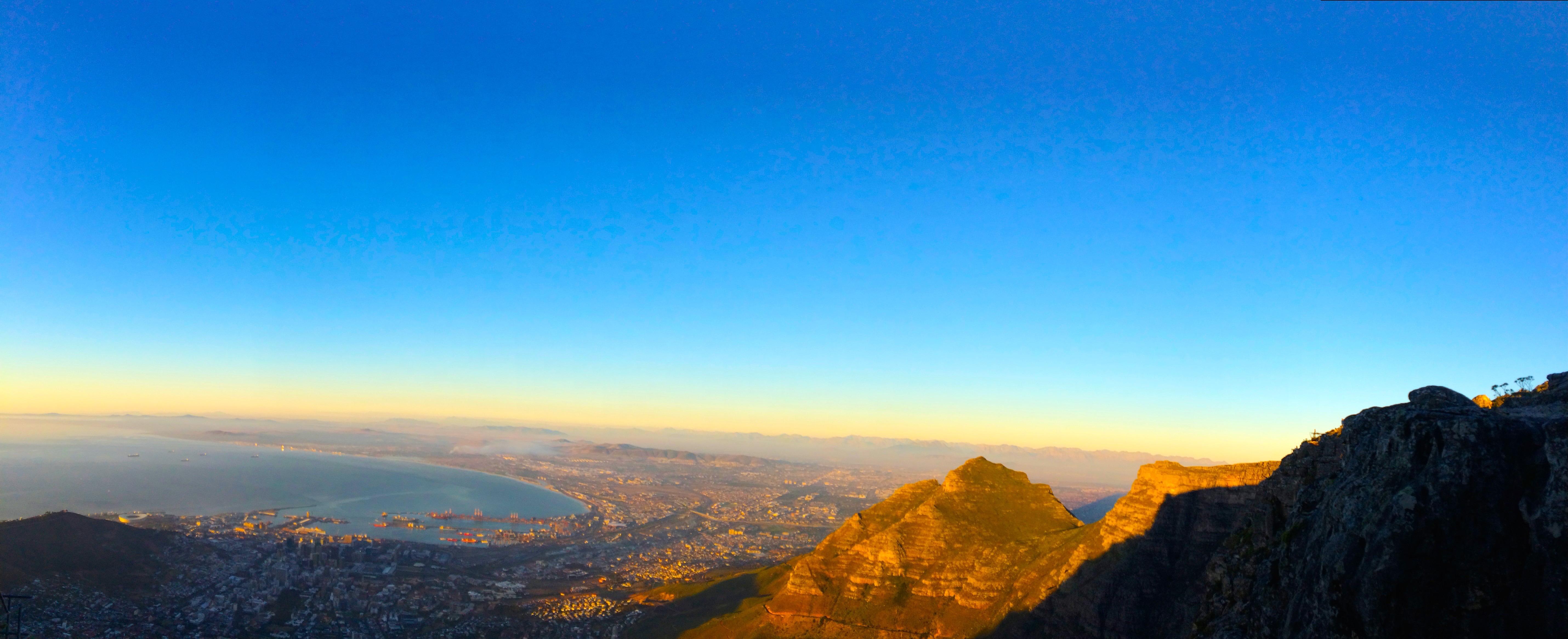 La vue de Table Mountain au coucher du soleil